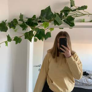 Säljer denna sjukt snygga gula hoodien ifrån hm! Hoodien är nästan oanvänd och i nyskick! Jätteskön och i oversized modell! XS men passar S/M