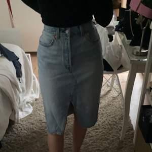Super snygg jeanskjol från Levis i lite längre modell! Aldrig använd.