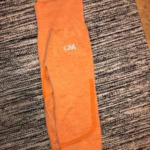 Säljer ett par orangea träningstights från ICIW. Storlek XS.