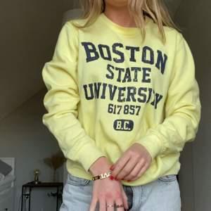 Retro Boston Univeristy sweatshirt från Smug i storlek S (något oversized fit). Bra skick, som ny. Fraktkostnad: 69kr spårbar och samfraktar givetvis 🥰