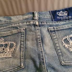 Säljer min söt, trending och stylig långmidjade jeans från Victoria Beckham. Den är I mycket bra skick och ser ut fint. Säljer den eftersom den har varit små till me.passar 29- 32.finns fler bilder. Köpare står på frakt.