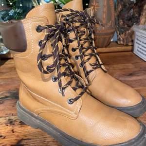 Höstiga boots från cellbes. Ej i äkta läder! De är använda fåtal gånger men har inga skrapmärken eller liknande på själva skon. De är kamelfärgade och väldigt sköna. Köpta för 499 kr. Säljer på grund av att jag inte använder längre. Frakten ligger på 96 och ingår ej i priset! Samfraktar gärna🥰