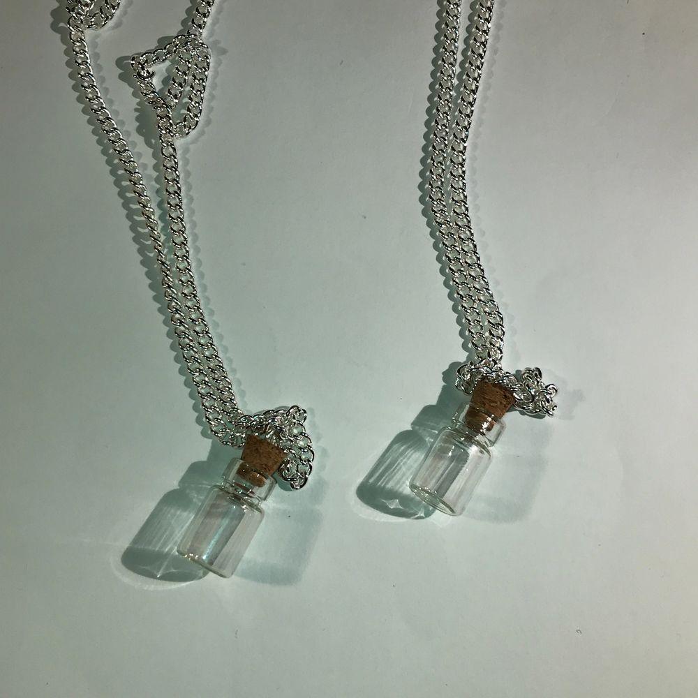Små glasburkar med kork, väl mellan inget i eller öppen så du själv kan välja att lägga i nått, eller lavendel:) välj Vänge på halsbandet med:) OM NI VILL FÅ DEN LPPEN FÅR NI SÄGA TILL OM DET. Accessoarer.