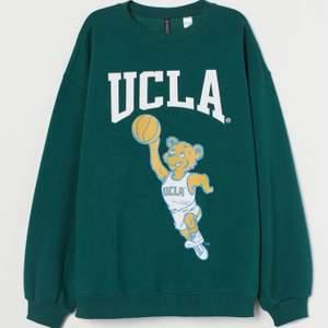 populära ucla sweatshirten från hm, stor i storlek så passar även S. behöver bli av med den så passar inte priset ge eget förslag, inga skambud. frakt på 72kr tillkommer.   EGNA BILDER SKICKAS VID INTRESSE!! 🌟