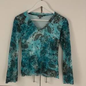 jättefin tröja som använts 1-2 ggnr. Kommer från märket street one och är i storlek 38, men passar perfekt på mig som är 34/36✨🌻 80kr exklusive frakt!! BUDGIVNING TILL 21:00 24/1