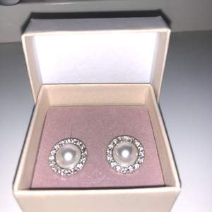 Ett par jätte fina örhängen från glitter, aldrig använda då jag inte fått användning av dem! Skriv för fler bilder eller frågor! (du betalar frakt, välj om du vill ha spårbar eller inte)💕