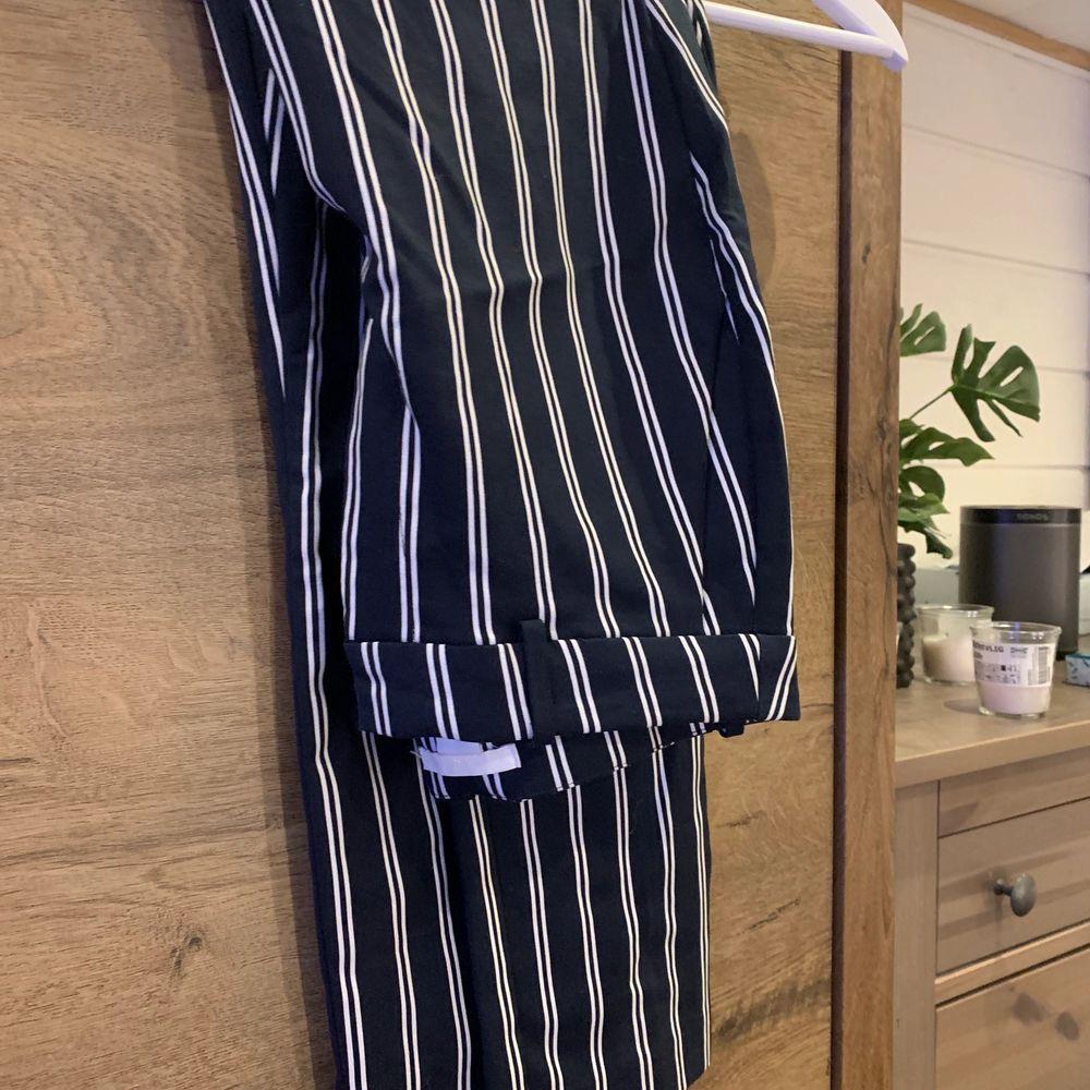 Kostymbyxor från HM, bara använda några gånger.Dom är i storlek 40 men passar mer 38. Köparen står för frakten . Jeans & Byxor.