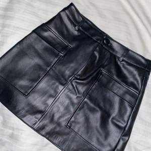 Jag säljer min snygga skinnkjol från Zara som är använd max 3 gånger! As snyggt att styla med strumpbyxor till hösten😍 Storlek S