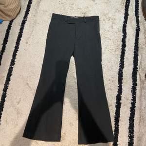 Snygga gråa kostymbyxor med bred byxa från Zara! Byxorna är i storlek 38 och sitter jättefint🤍🖤säljs för 100kr
