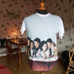 Denna vänner t-shirt säljes pga knappt använd. Beställd ifrån F.R.I.E.N.D.S The TV Show-hemsida. Passar S och M. Mycket fint skick! Helt vit på baksidan.