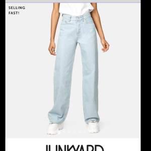Jättefina wide leg jeans från Junkyard, storlek 31 (ungefär som L) Har sytt upp dem ca 1cm men de är fortfarande långa för mig som är ca 174 cm. Knappt använda pga för stora. Kolla gärna in mina andra annonser!💗