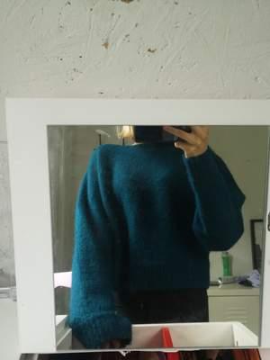 Säljer världens finaste stickade tjocktröja ifrån hm då den inte används har världens finaste blåa färg😍