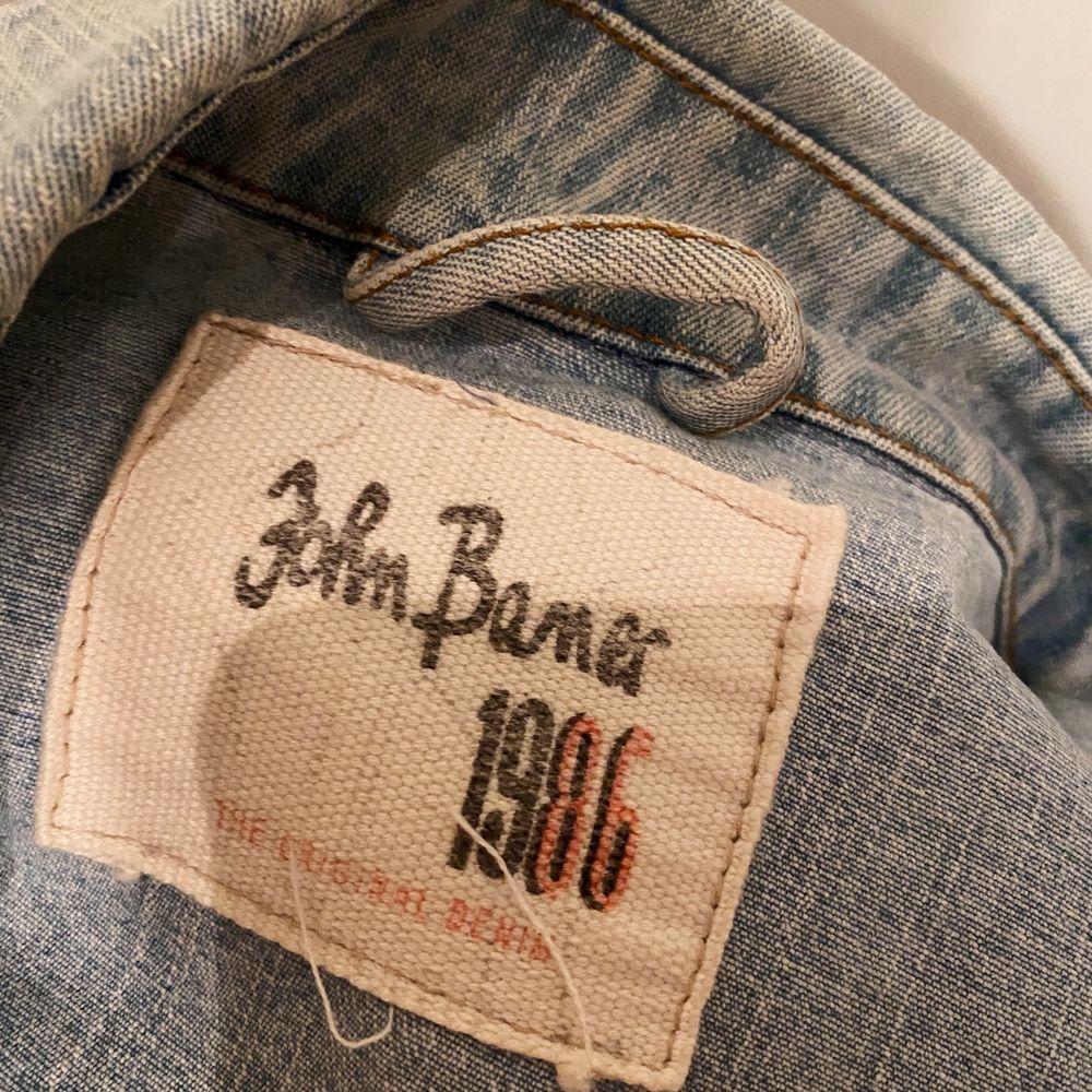 Köpt second hand i Paris för 30€ (ca 300kr), inte kommit till användning någon gång sedan dess tyvärr. 130:- vid snabb affär 🦎 Möts i Stockholm, köpare står för eventuell frakt!. Jackor.