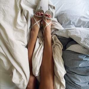 """Jättefina """"strappy heels"""" i beige lack. Ganska låga så hur lätta som helst att gå i! Använda en gång inomhus så dom är så gott som oanvända. Möts upp i Stockholm eller så kostar frakten 100 kr"""