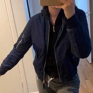 Säljer denna snygga marinblåa bomberjacka med jeanstyg där bak! Perfekt för hösten😊 Inte min stil längre så säljer vidare den. Storlek S, köpt för 1000kr men säljer för 200kr + frakt 💙
