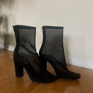 svarta klackar i transparent material från NLY shoes med en klack på ca 10 cm, använda en gång pga små i storleken
