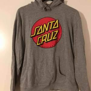 Cool hoodie ifrån Santa Cruz! Säljes pga av att den ej kommer till användning, köparen står för frakt!🥰