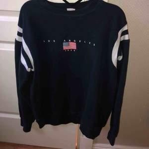 Snygg marinblå sweatshirt med tryck från brandymelville. Fint skick! Storlek one size, skulle säga att den passar allt från xs-l beroende på hur man vill att den sitter! Nypris ca 400kr Frakt tillkommer (66kr spårbart)💫
