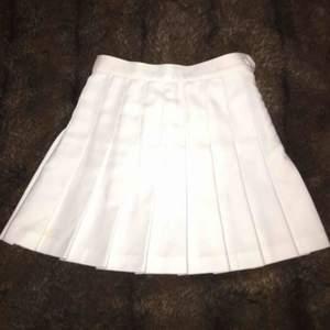 Vit tenniskjol från American Apparel. frakt ingår ej.  66cm i midjan.