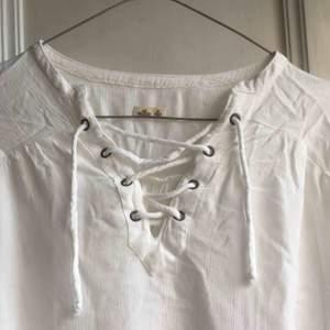En vit blus från Hollister. Säljer pga för liten! Frakt tillkommer