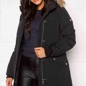Tommy Jeans jacka köpt förra vintern för 2880kr men säljer den för köpte ny. Köparen betalar för frakten