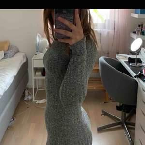 En jättefin klänning köpt på plick Säljer för jag inte har något tillfälle att använda den på Jättefint skick (Lånade bilder)