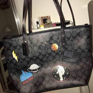 Oanvänd äkta coach väska som legat i garderoben i 1 år.