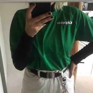 skitcool grön kappa-T-shirt, aldrig använd 💞 köpare står för frakt!