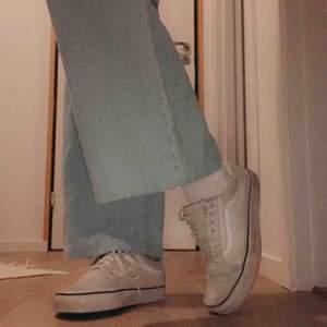 Säljer ett par vita vans skor i bra skick men lite slitna, vilket kan va ganska coolt ändå. Fråga om fler bilder! 200kr + frakt(köparn står för)!💘🦋