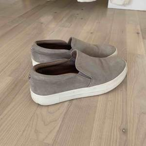 Jätte bekväma och stilrena gråa Steve Madden skor (storlek US 8, passar 37,38)  Endast använt 2 gånger 😊 Köparen står för frakt!
