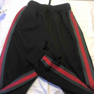 Svarta mjukisbyxor med röd gröna ränder, köpta på Newyorkers. Bra skick lite noppiga storlek xs