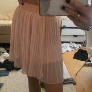 Ljusrosa kjol från nakd jättefin aldrig använd inget slitage köpt för 350