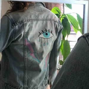Jeans jacka från Cheap Monday med målad baksidan  Skick: aldrig använd  Strl: S & M Fraktkostnad tillkommer