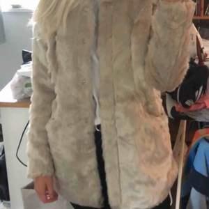 En fuskpälsjacka jag endast använt ett fåtal gånger. Köpt för 899kr. Kan skicka (köparen står för frakt), alternativ mötas upp i Stockholm.  Säljer då den bara hänger i garderoben, den förtjänar att användas av någon😄