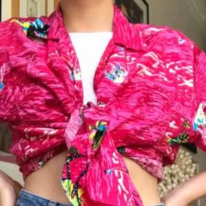 Råsa Hawaiiskjorta i ett skönt material. Går att stajla på de flesta sätt.