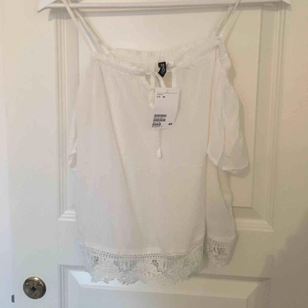 Open shoulder tröja från H&M. Endast testad, lappen sitter kvar. Frakt ingår inte, filmar när jag postar. . Blusar.