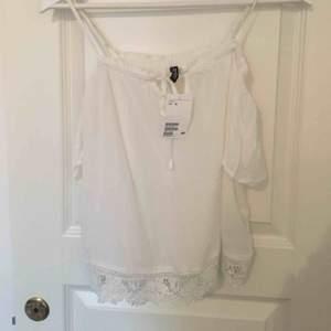 Open shoulder tröja från H&M. Endast testad, lappen sitter kvar. Frakt ingår inte, filmar när jag postar.