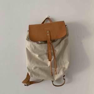 Fräsch Sandqvist ryggsäck (rosa/brun läder på vitt tyg) - frakt tillkommer eller kan mötas i Göteborg ☺️