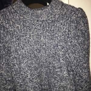 En helt ny stickad tröja från HM! Passar mig som har 36 men inte fått någon användning för tröjan! Nypris 399!