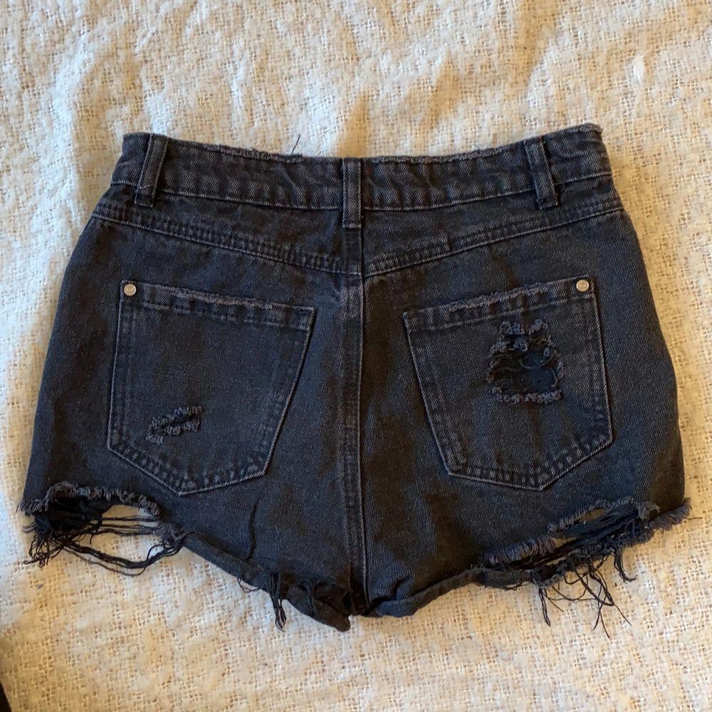 Använda ett par gånger. Nypris 349kr. Skitsnygga att ha svarta strumpbyxor under så de går att använda året runt. Säljer för 150kr eller högstbjudande . Shorts.