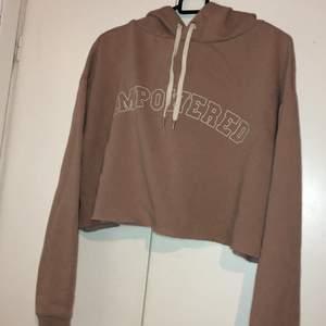 En hoodie med text på, rosa/beige färg man ser färgen bäst på bild 1. Storleken L men kan användas som en oversized oxå som jag har gjort. Köpt på hm för ett tag sen och säljer den för 70kr med frakt eller mötas upp i Malmö😚