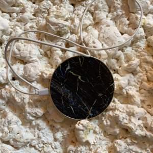 En svart marmorladd platta ifrån idealofsweden, laddarsladd till följer med!