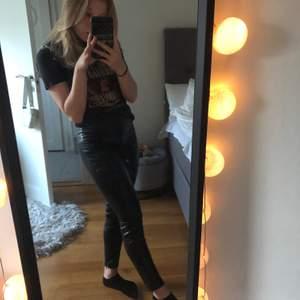 Ett par svarta skinn byxor, faktiskt jätte sköna, en anaing för små för mig