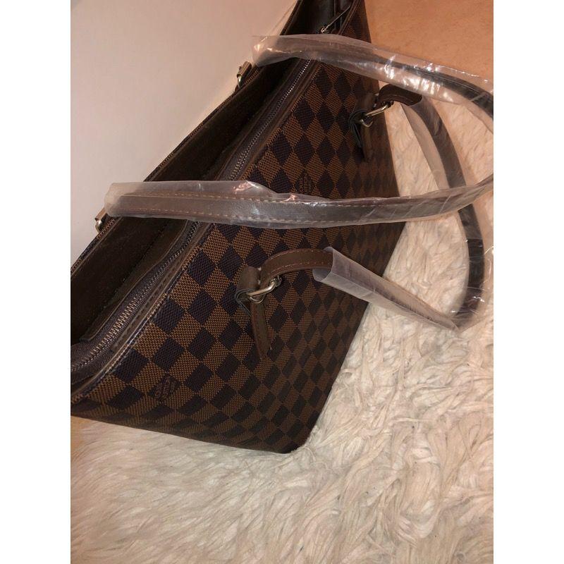 Louis Vuitton kopia såklart. Aldrig använd och fortfarande plast på handtagen. . Väskor.