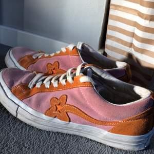 Säljer dessa fina golf skor! Köptes nya när de släpptes och är använda men fortfarande fint skick. Medföljer påse och orangea snören.