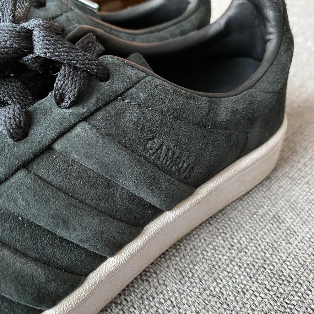 Adidas Originals campus svart mocka stl 38,5, endast använda en gång så toppenskick. . Skor.