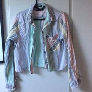 Fin lite croppad skjorta från Urban outfitters (lite skrynklig pga förvaring). Strl S men suttit lagomt på mig som XS. Jättefin vår/sommarskjorta som passar till allt. Använd endast en gång.