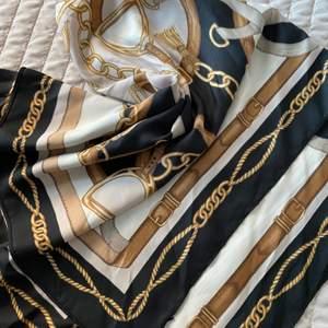 En helt oanvänd scarf från HM, går att använda som bandana, tubtopp osv💞