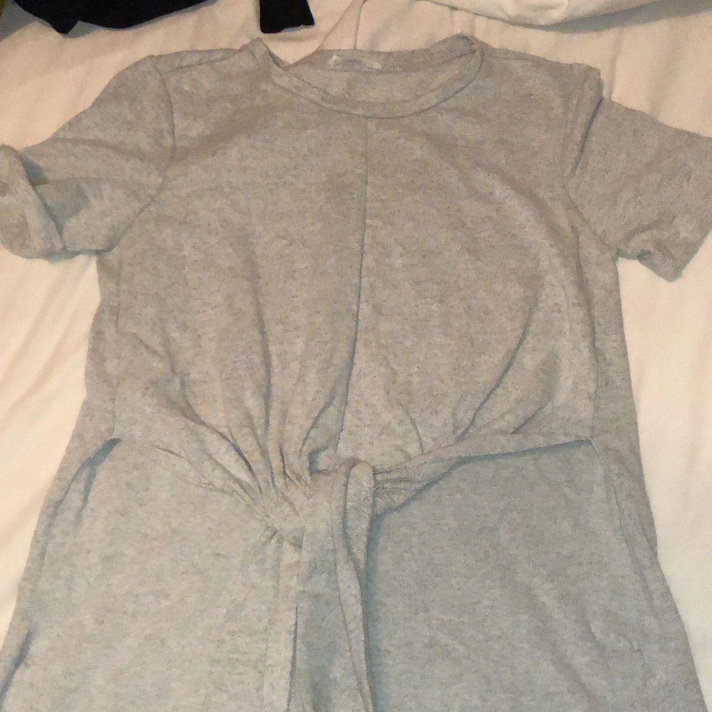 T-shirt från Zara som man knyter i jätteskönt material, lite längre på baksidan än fram.. T-shirts.