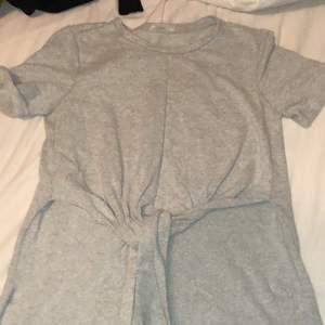 T-shirt från Zara som man knyter i jätteskönt material, lite längre på baksidan än fram.